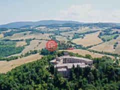 居外网在售意大利Radicondoli80卧80卫的房产总占地6830000平方米EUR 13,000,000